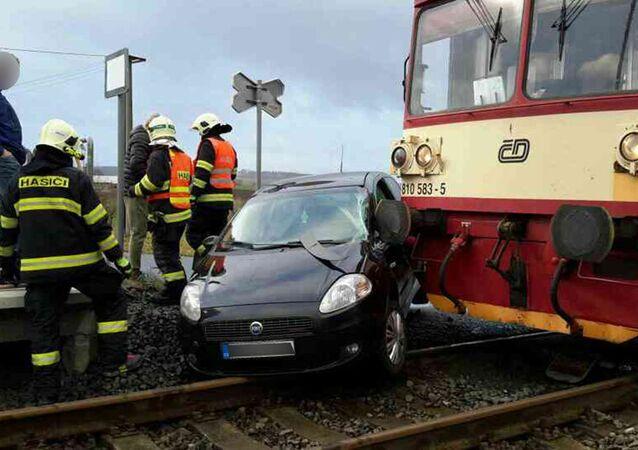 Osobní vlak se srazil s osobním automobilem