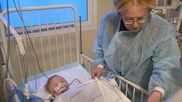 Bude žít! Maličkému děťátku, které bylo zachráněno po výbuchu, už nic nehrozí - Sputnik Česká republika
