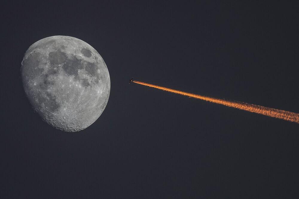 Letoun a Měsíc