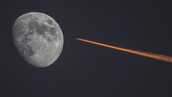 Letoun a Měsíc - Sputnik Česká republika