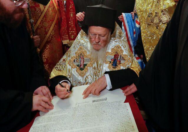 Bartoloměj předal Ukrajině dokument o nezávislosti nové církevní struktury