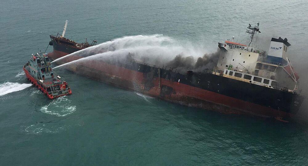 Hořící tanker vedle ostrova Lamma, Hongkong