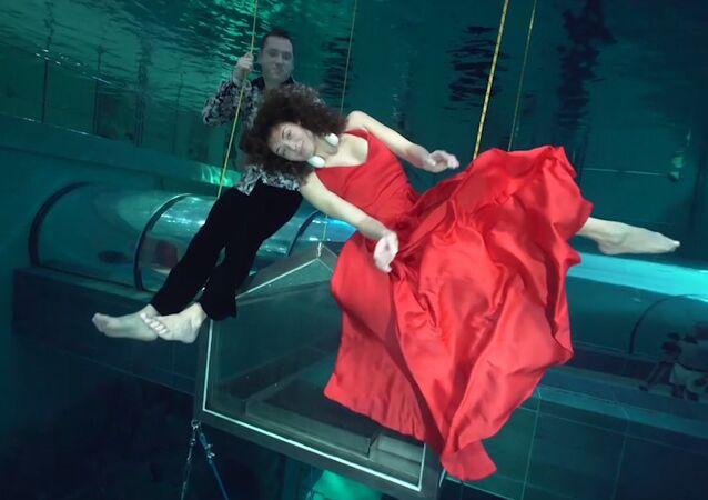 Tento nádherný tanec pod vodou vás ohromí! (VIDEO)