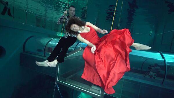 Tento nádherný tanec pod vodou vás ohromí! (VIDEO) - Sputnik Česká republika