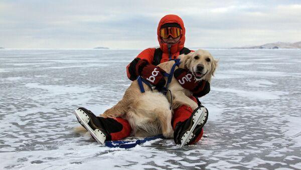 Jeden z turistů spolu se svým psem na zamrzlém jezeře Bajkal - Sputnik Česká republika