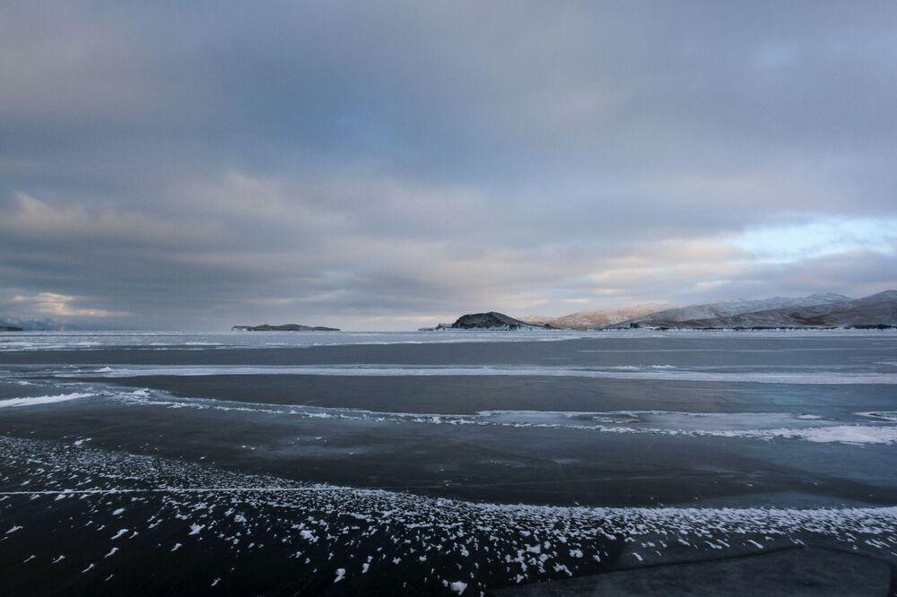 Pohled na zamrzlé jezero Bajkal.