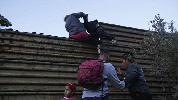 Migranti z Hondurasu. Americká hranice. San Diego, USA - Sputnik Česká republika