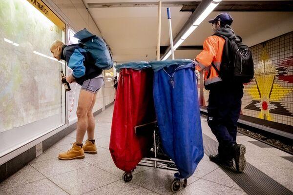 Nezmrzne vám zadeček? Světové oslavy Dne bez kalhot - Sputnik Česká republika