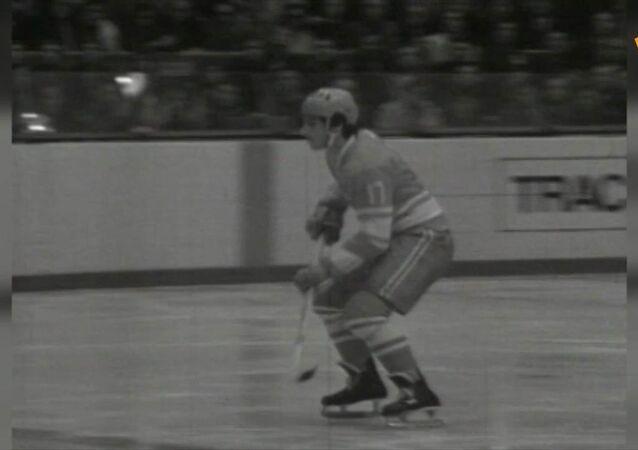 Dnes se narodil vynikající sovětský hokejista Valerij Charlamov