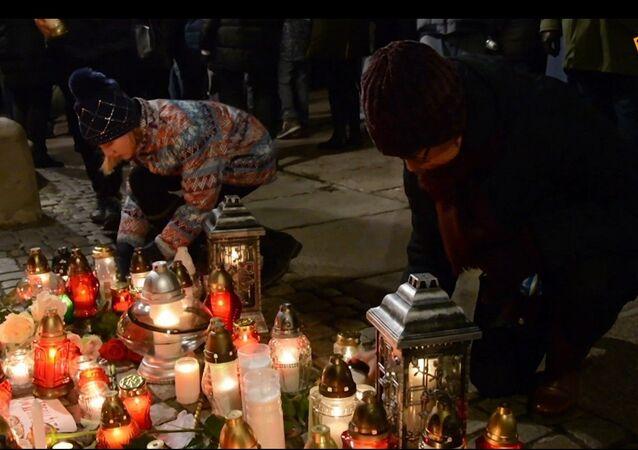 Poláci uctili památku zesnulého starosty Gdaňsku: svíčky a květiny u památníku