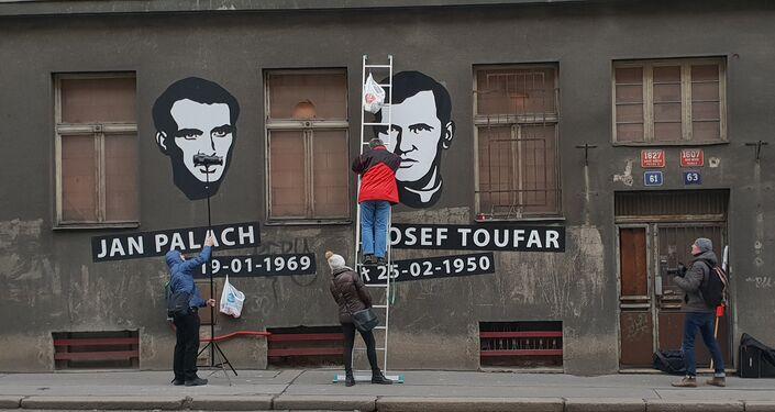 Otakar Dušek provádí udržovací práce na své umělecké instalaci