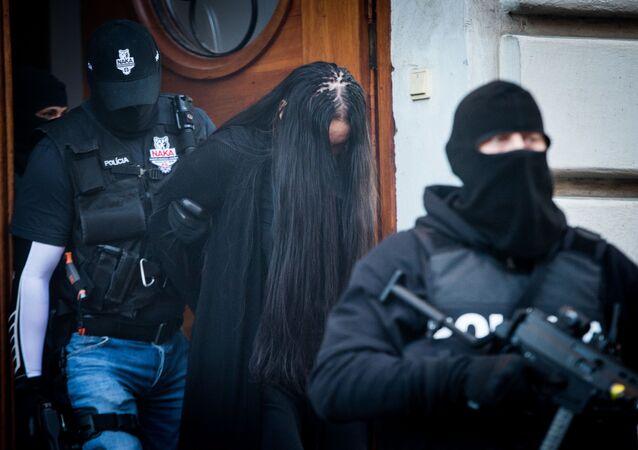 Policie odvádí Alenu Zsuzsovou, která je podezřelá z vraždy slovenského novináře Jána Kuciaka a jeho partnerky Martiny Kušnírové.