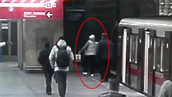 Muž spadl do kolejiště metra v Praze. - Sputnik Česká republika