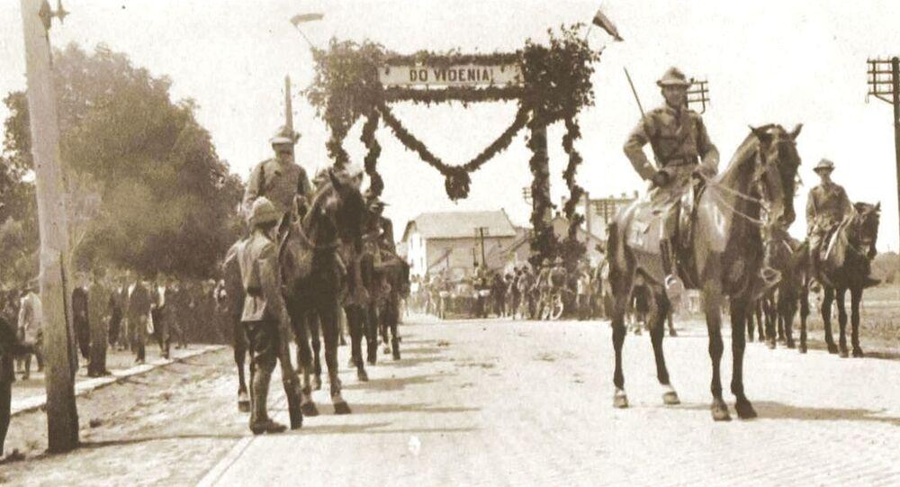Českoslovenští vojáci odcházejí na polskou frontu v roce 1919