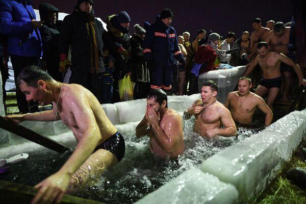 Podle pravoslavných věřících na zimě nezáleží! Tradiční koupací obřad v ledové vodě - Sputnik Česká republika