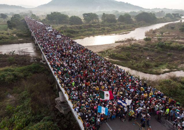 Migranti z Hondurasu, kteří míří ke hranicím USA