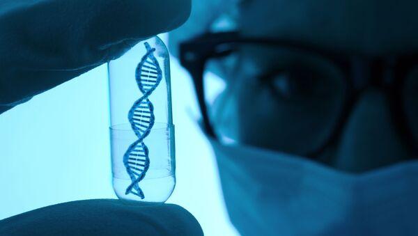 Vědec s modelem DNA ve zkumavce - Sputnik Česká republika
