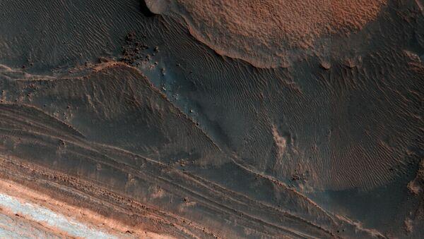 Stopy utrhlé laviny na povrchu Marsu - Sputnik Česká republika
