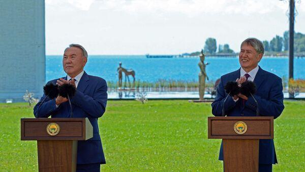 Prezident Kazachstánu Nursultan Nazarbajev a kyrgyzský prezident Almazbek Atambajev - Sputnik Česká republika