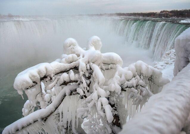 Tam, kde led dobývá vodu. Takový pohled na Niagarské vodopády vás zaujme!