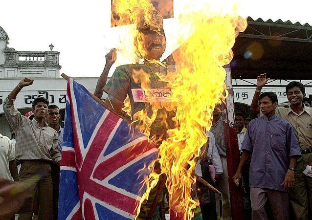Nacionalisté ze Srí Lanky pálí vlajky Velké Británie a Norska
