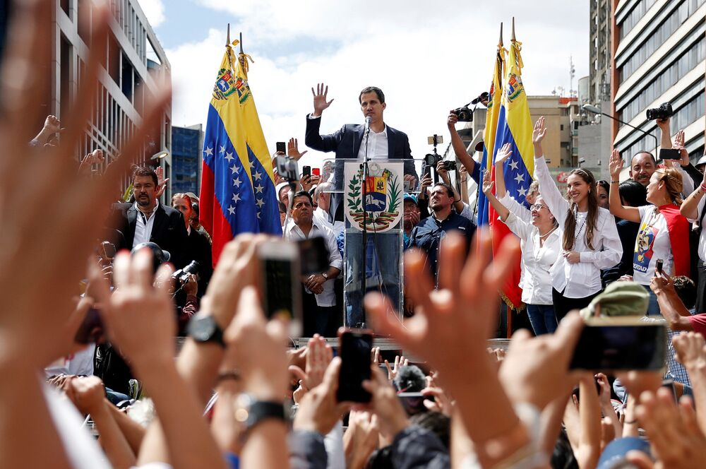 Horké dny ve Venezuele pokračují. Na mítinky zastánců venezuelské opozice přišly davy lidí