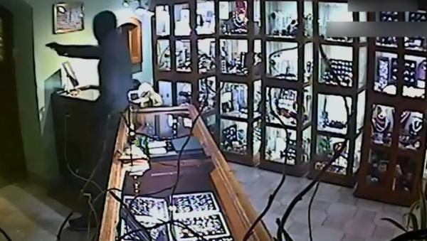 Objevilo se VIDEO přepadení klenotnictví v Karlových Varech - Sputnik Česká republika