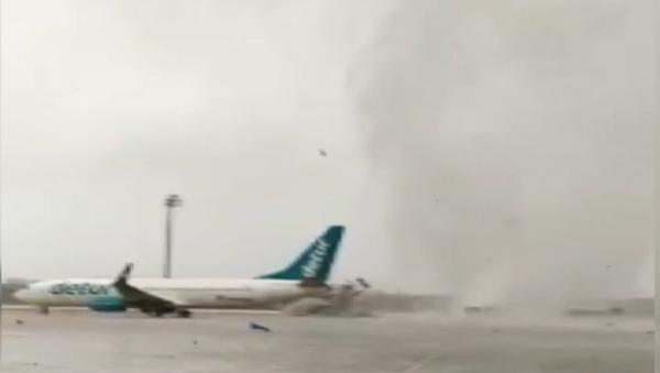 Děsivé záběry. Smršť v Turecku převrátila autobus s turisty a posouvala letadla - Sputnik Česká republika