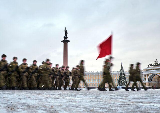 Účastníci zkoušky přehlídky na počest 75. výročí pádu blokády Leningradu