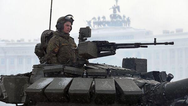 Voják v tanku T-72B3 na přehlídce na počest 75. výročí pádu blokády Leningradu na Palácovém náměstí v Petrohradě - Sputnik Česká republika