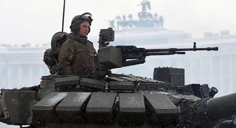 Voják v tanku T-72B3 na přehlídce na počest 75. výročí pádu blokády Leningradu na Palácovém náměstí v Petrohradě