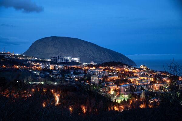 Pohoří Ayu-Dag ze strany města Gurzuf - Sputnik Česká republika