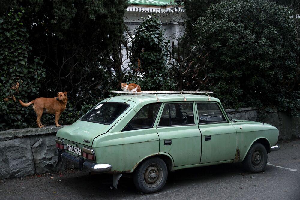 Auto Izh-kombi na ulici v Gurzufu na Krymu