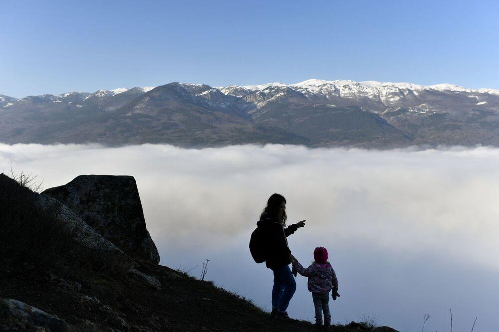 Žena s dítětem na hoře Ayu-Dag na Krymu