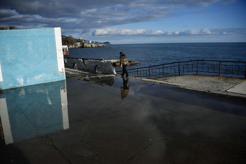 Muž na nábřeží v Alupce na Krymu