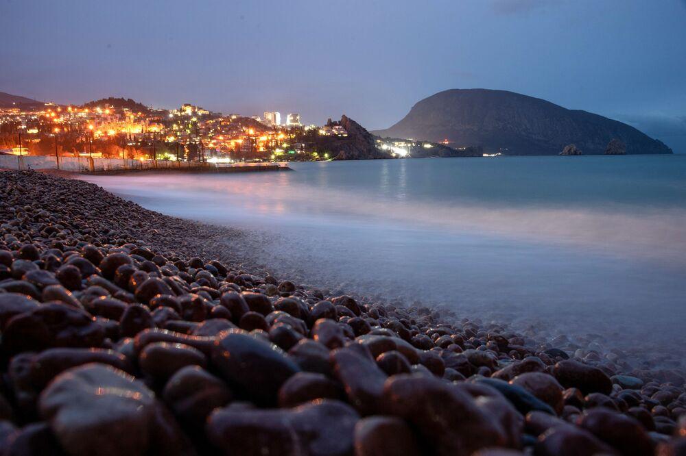 Pobřeží Černého moře poblíž Gurzufu na Krymu