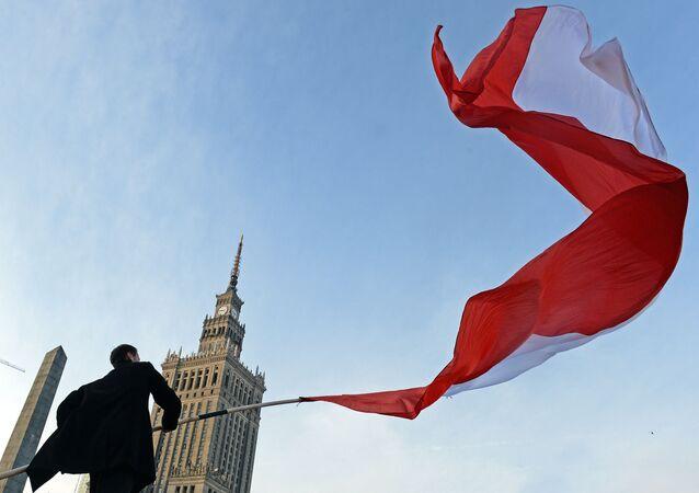 Muž s polskou vlajkou. Ilustrační foto