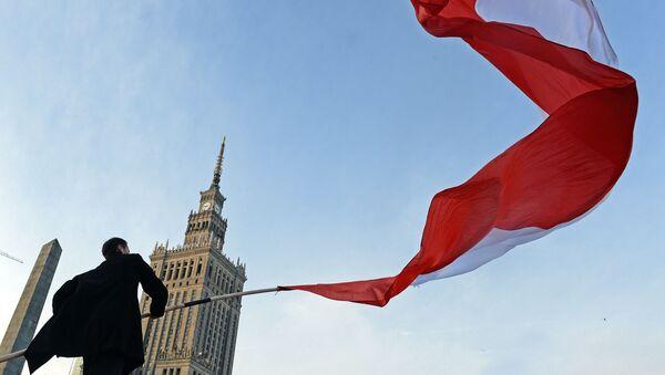 Muž s polskou vlajkou. Ilustrační foto - Sputnik Česká republika