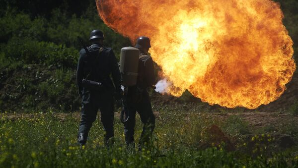 Němečtí vojáci s plamenometem - Sputnik Česká republika