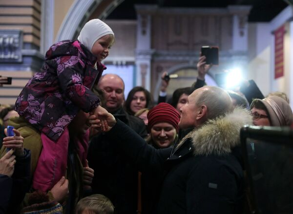 Tento týden v obrázcích: Burleska a žluté vesty - Sputnik Česká republika