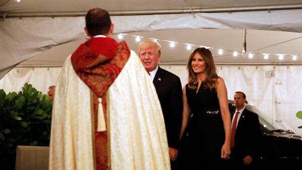 Prezident USA Donald Trump a jeho manželka Melania během mše - Sputnik Česká republika