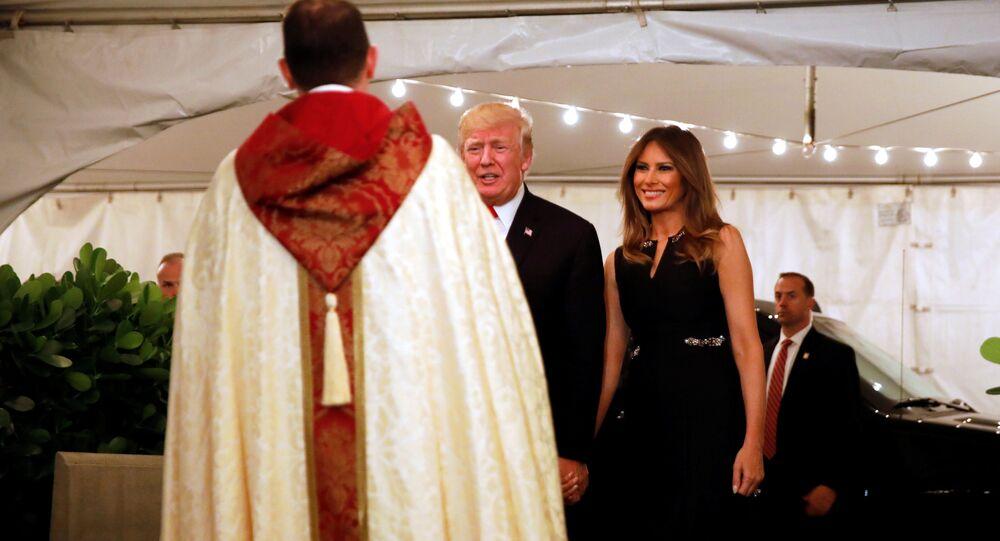 Prezident USA Donald Trump a jeho manželka Melania během mše
