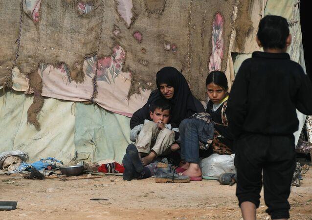 Syrští uprchlíci z Palmýry v uprchlickém táboře na předměstí Homsu