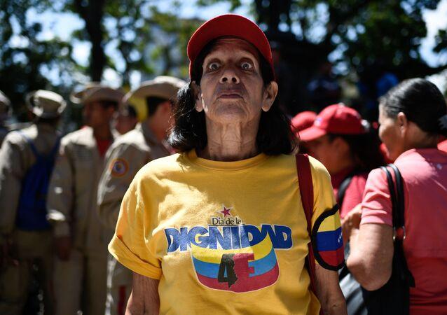 Venezuelka na náměstí v Caracasu