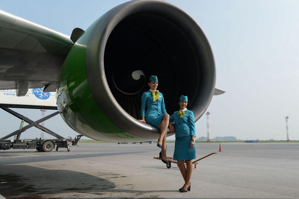 Letušky společnosti S7 se fotí na mezinárodním letišti Tolmačevo v Novosibirsku