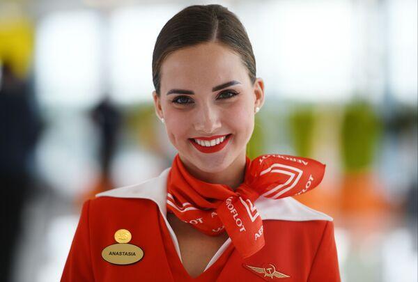 Letuška Aeroflotu Anastasia Bělousova v terminálu letiště Šeremetěvo - Sputnik Česká republika