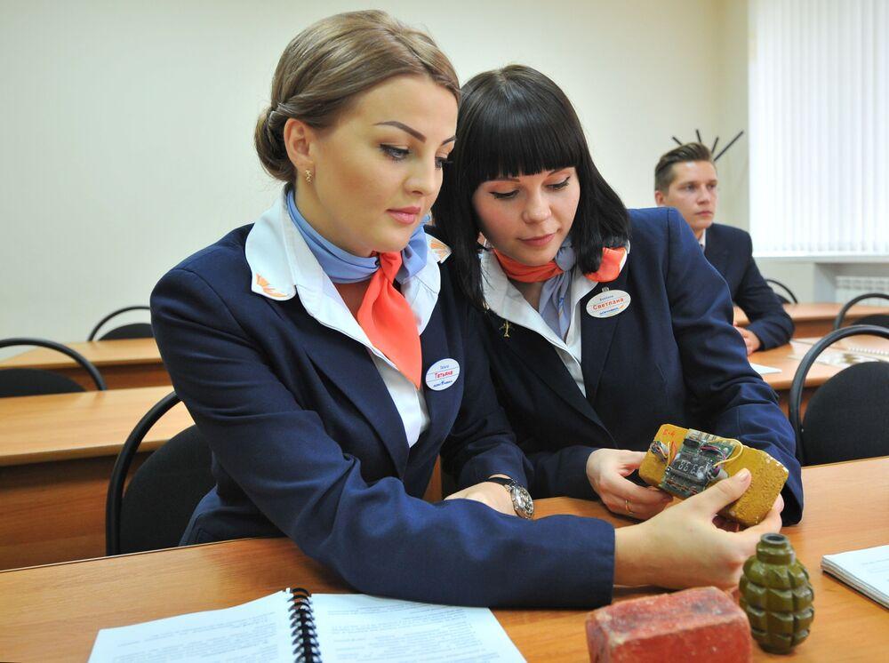 Budoucí letušky během bezpečnostního tréninku v Severo-kavkazském výcvikovém středisku civilního letectva ve městě Miněralnyje Vody