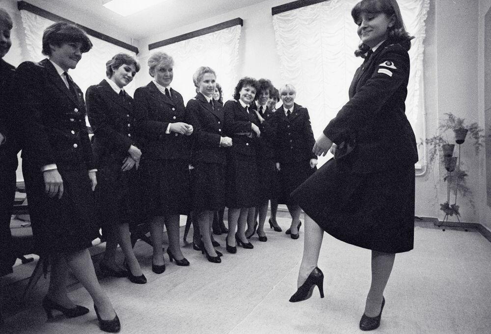 Letušky během tanečních kurzů, Leningradské letecko-technické učiliště civilního letectva