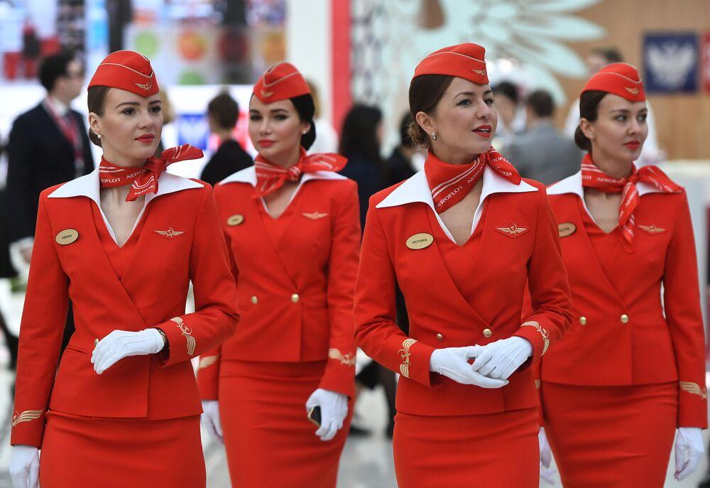 Letušky společnosti Aeroflot během Ruského investičního fóra 2018 v Soči