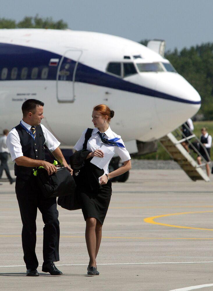 Stevard a letuška u letadla na novém tranzitním terminálu v Kaliningradě